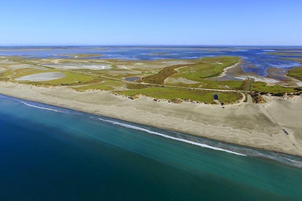 parc naturel regional de Camargue, Les Saintes Maries de la Mer, Trabas de Rousty, etang dit l'Imperial en arriere plan