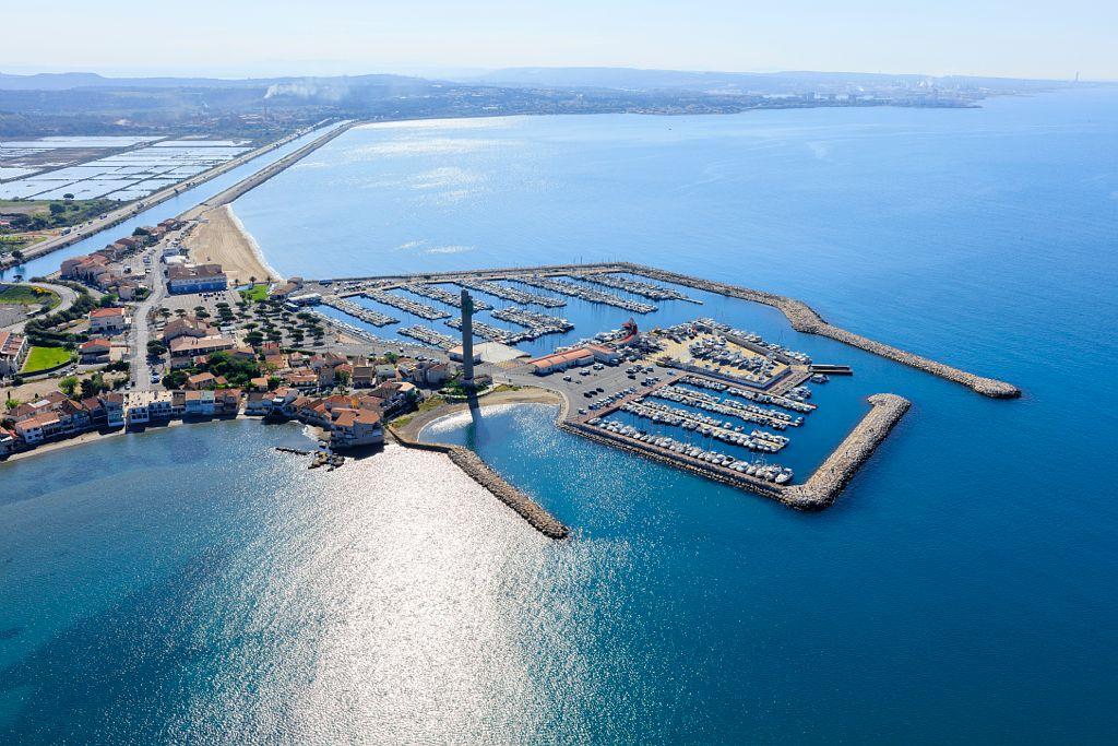 Golfe de Fos sur Mer, Fos sur Mer, anse et port de plaisance de Saint Gervais, Port de Bouc en arriere plan