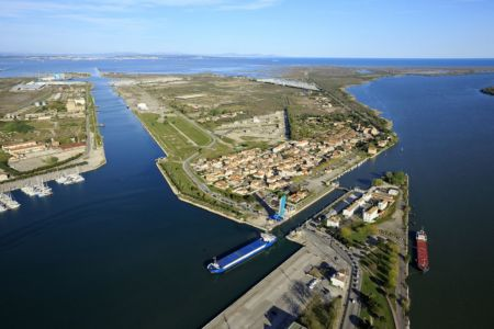 Port Saint Louis du Rhone, canal Saint Louis, Le Rhone a droite, la mer Mediterranee en arriere plan