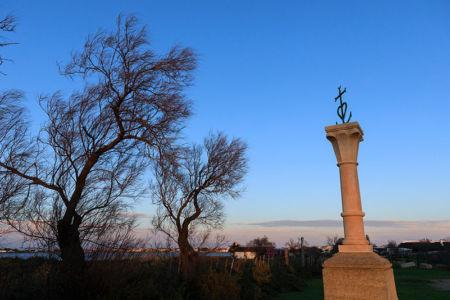 France, Bouches du Rhone (13), parc naturel regional de Camargue, Saintes Maries de la Mer, tombeau du marquis Baroncelli avec la croix gardianne (ou croix de Camargue)