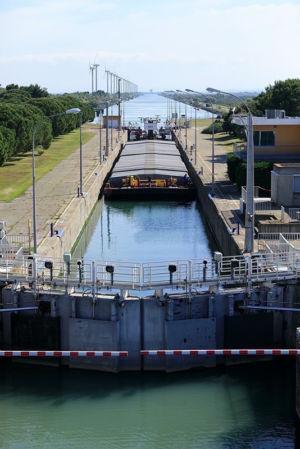 France, Bouches du Rhone (13), Port Saint Louis du Rhone, Canal de navigation du Rhone a Fos, ecluse de Barcarin, eoliennes