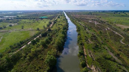 France, Bouches du Rhone (13), Parc Naturel Regional de Camargue, Arles, canal d'Arles a Bouc, Reserve naturelle du Marais du Vigueirat (vue aerienne)