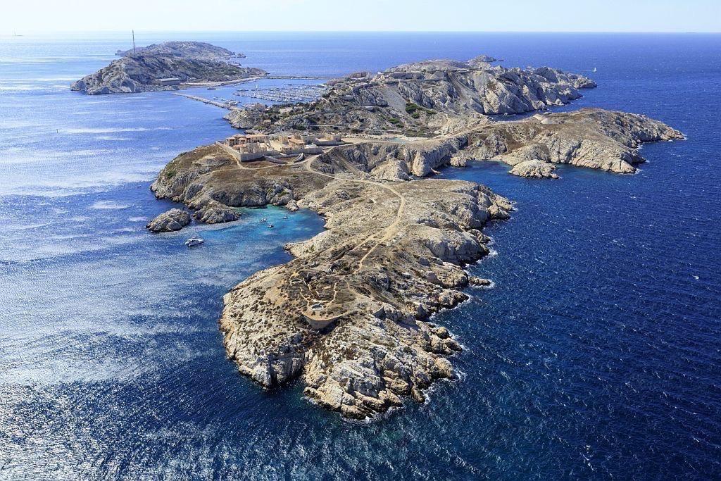 Parc national des Calanques, Marseille, 7e arrondissement, archipel des iles du Frioul, ile Ratonneau, Cap de Croix, ile Pomegues en arriere plan
