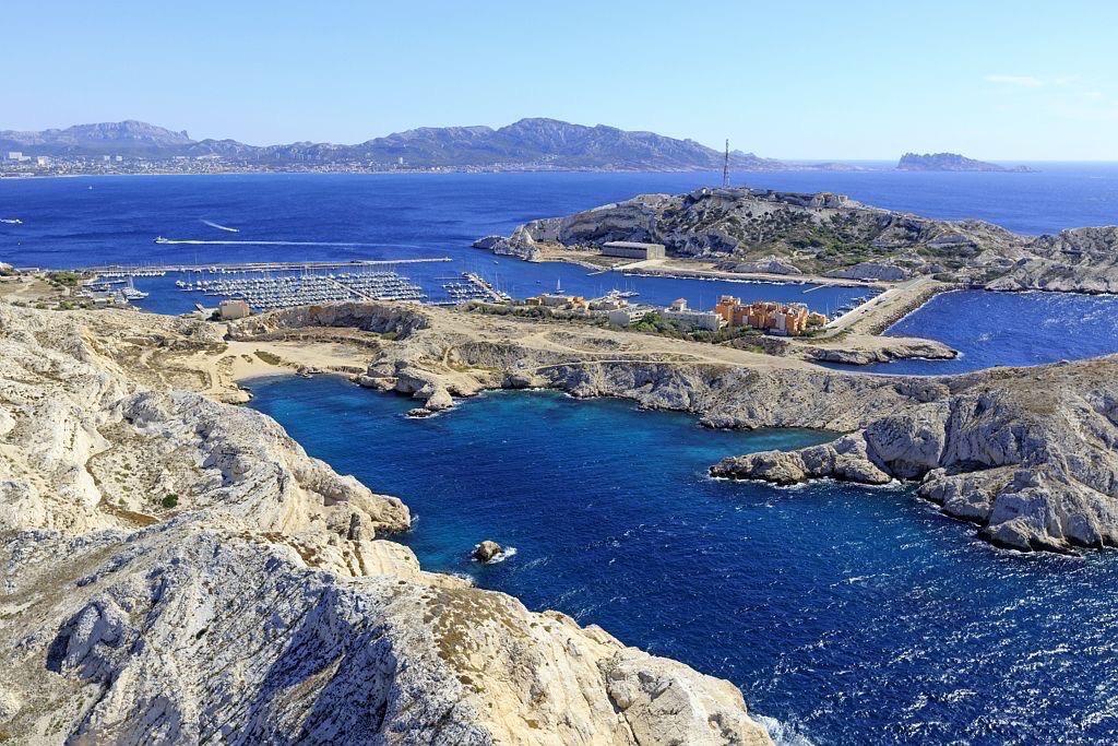 Parc national des Calanques, Marseille, 7e arrondissement, archipel des iles du Frioul, ile Ratonneau, calanque de Morgiret, le port et ile Pomegues en arriere plan