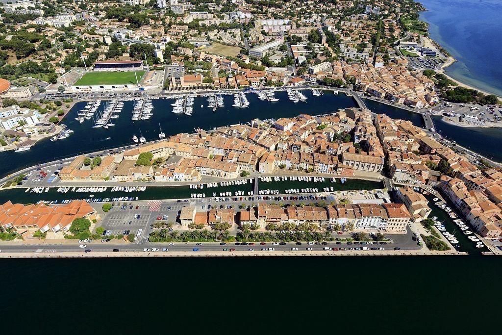 Martigues, quartier de l'ile, canal Galiffet et canal Baussenque et le port de Ferrieres en arriere plan