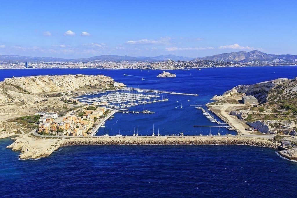 Parc national des Calanques, Marseille, 7e arrondissement, archipel des iles du Frioul, ile Ratonneau, le port, la ville en arriere plan