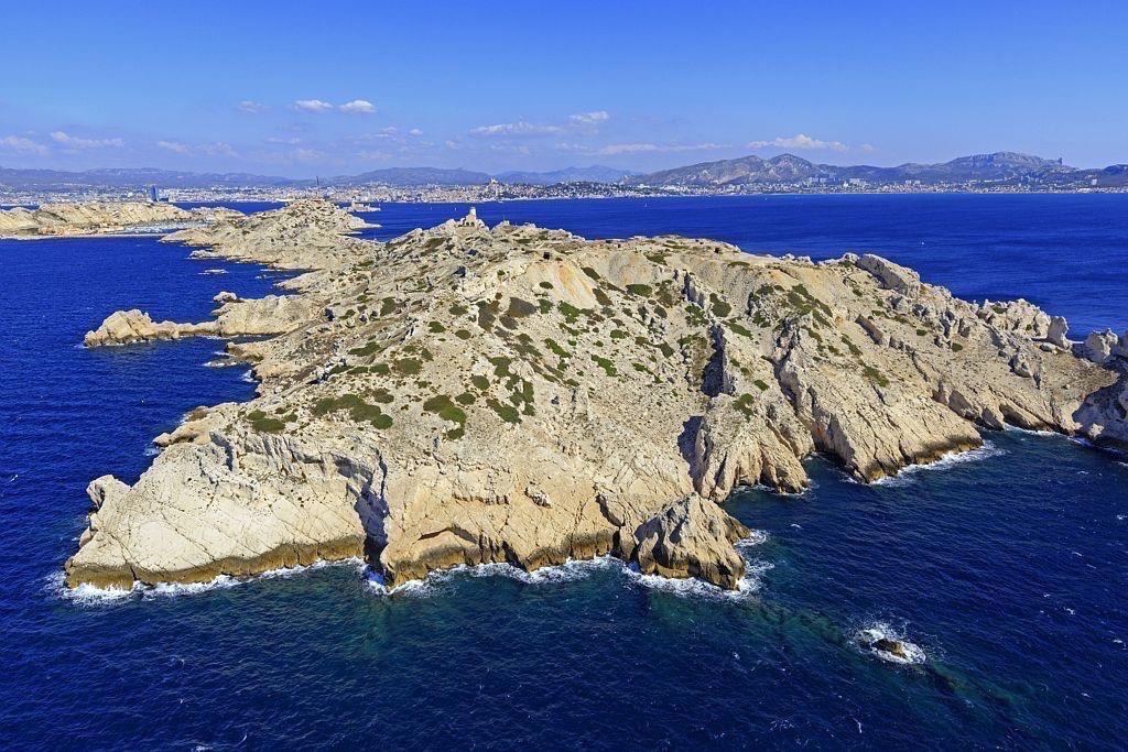 Parc national des Calanques, Marseille, 7e arrondissement, Archipel des iles du Frioul, ile Pomegues, Rocher du Cap Caveaux, quartiers sud de la ville en arriere plan