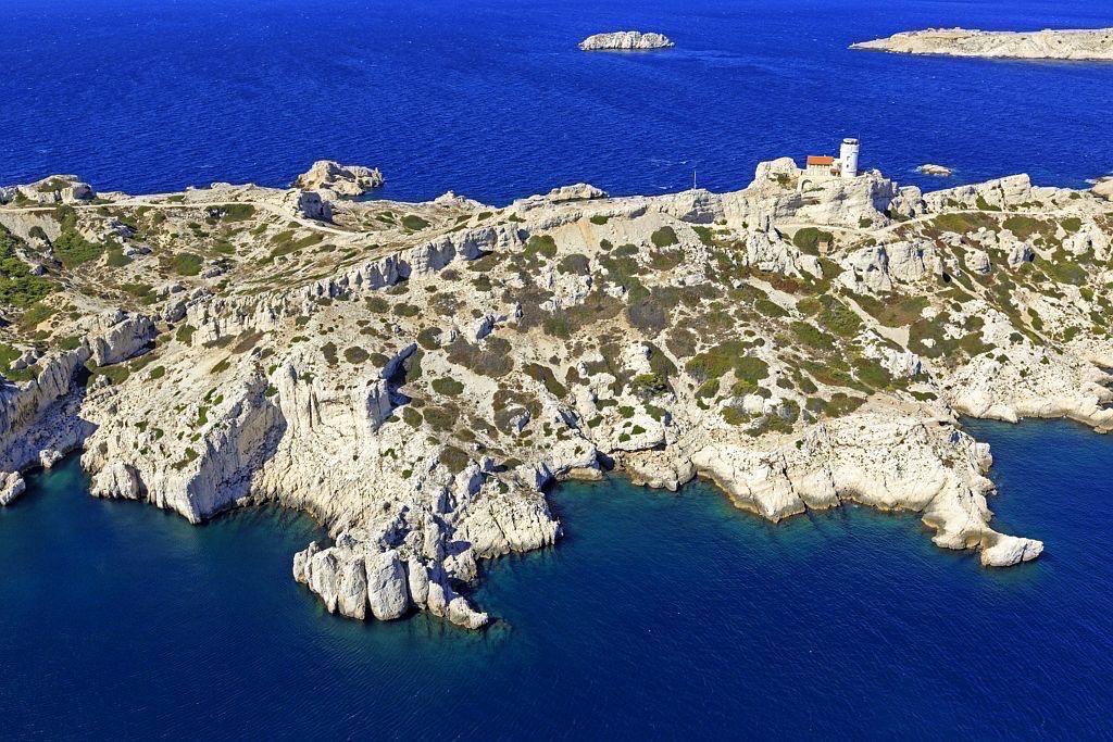Parc national des Calanques, Marseille, 7e arrondissement, Archipel des iles du Frioul, ile Pomegues, Grande Calanque, Baie du Grand Soufre et ilot Tiboulen en arriere plan