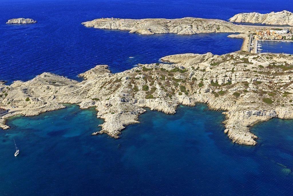 Parc national des Calanques, Marseille, 7e arrondissement, archipel des iles du Frioul, ile Pomegues, Baie du Grand Soufre, ile Ratonneau, et ilot Tiboulen en arriere plan