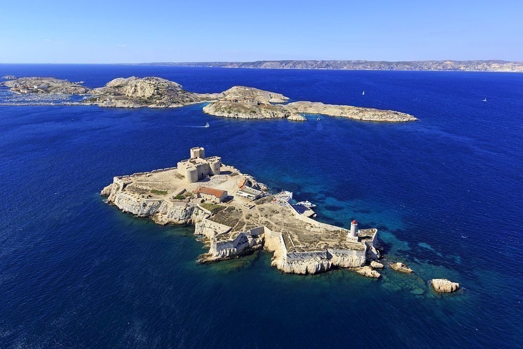 Parc national des Calanques, Marseille, 7e arrondissement, Archipel des iles du Frioul, Chateau d'If, classe Monument Historique, iles Ratonneau et Pomegues en arriere plan
