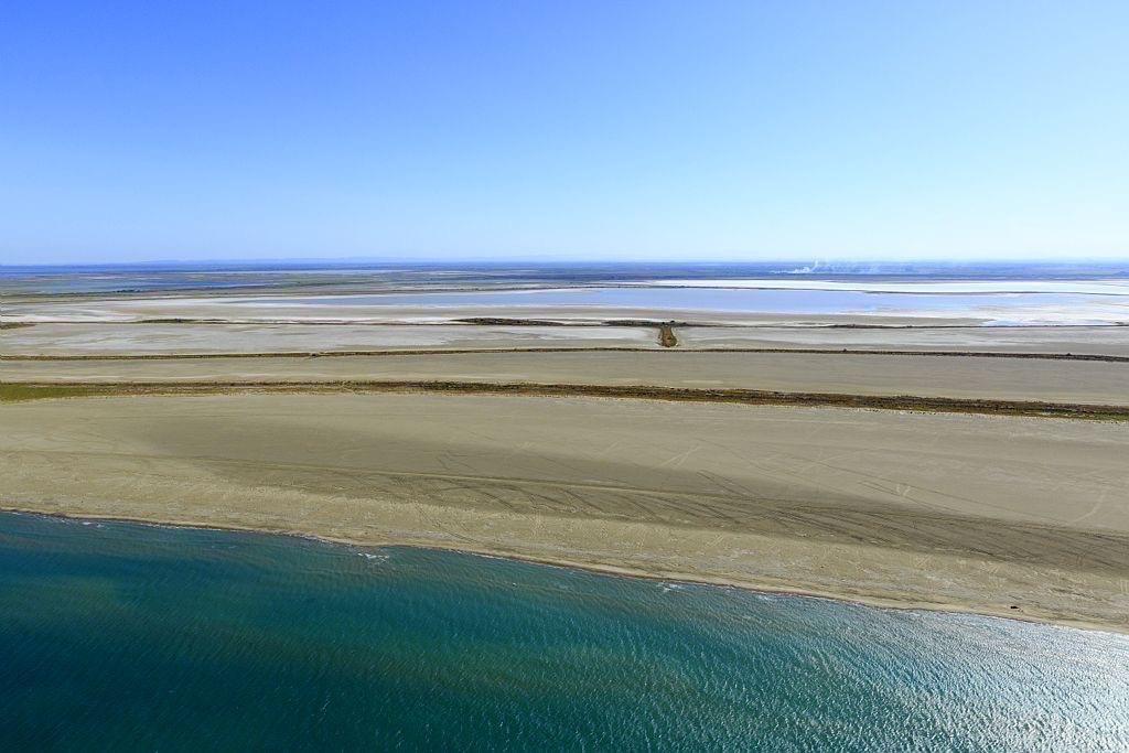 parc naturel regional de Camargue, Les Saintes Maries de la Mer, plage de Beauduc, etang de Galabert en arriere plan