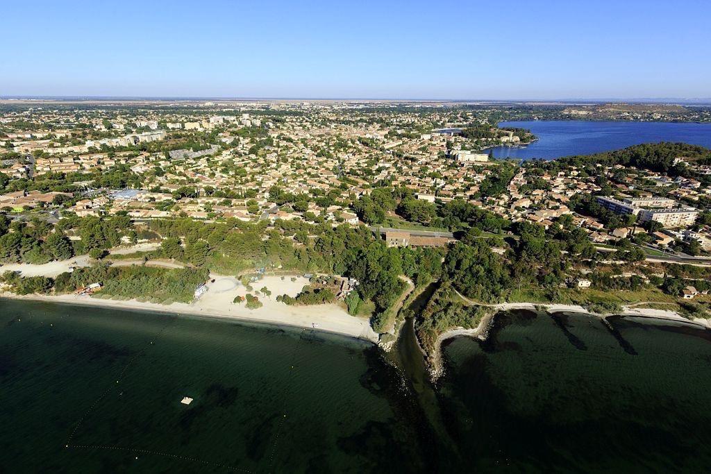 Istres, plage de La Romaniquette, etang de Berre, etang de l'Olivier en arriere plan
