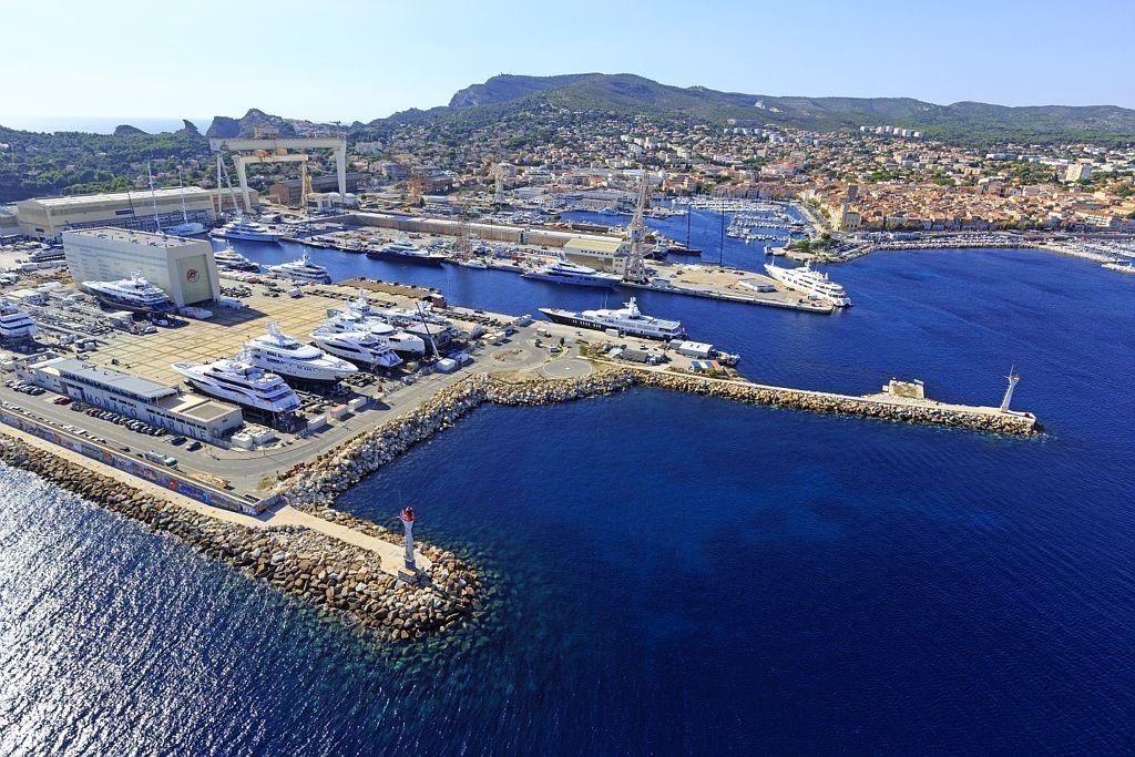 La Ciotat, chantiers de constructions navales, phare de la Digue du Large, le Vieux Port en arriere plan (vue aerienne)