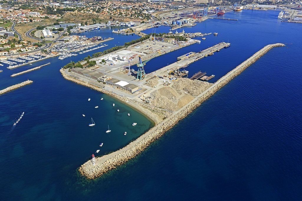 Anse de l'Estaque, Marseille, 16e arrondissement, quartier de l'Estaque, Pointe Saumaty, Grand Port Maritime en arriere plan