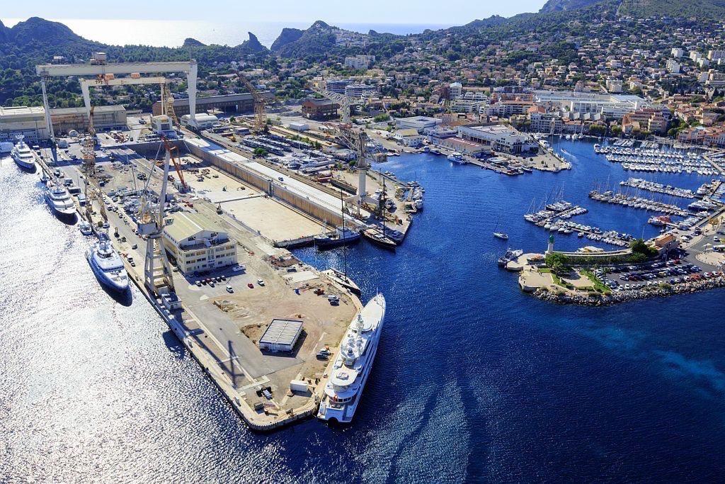 La Ciotat, chantiers de constructions navales et le Vieux Port (vue aerienne)