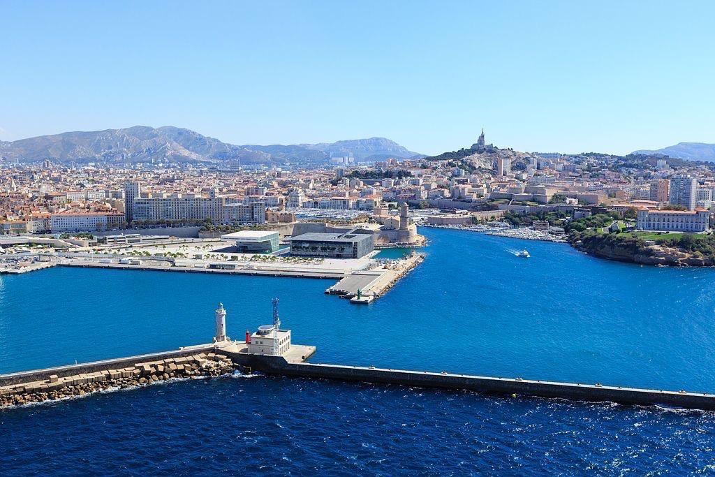 Marseille, Zone Euromediterranee, Esplanade J4, entree du Vieux Port, Palais du Pharo, Digue du Large, quai Jean Charcot, phare Sainte Marie, basilique Notre Dame de la Garde en arriere plan