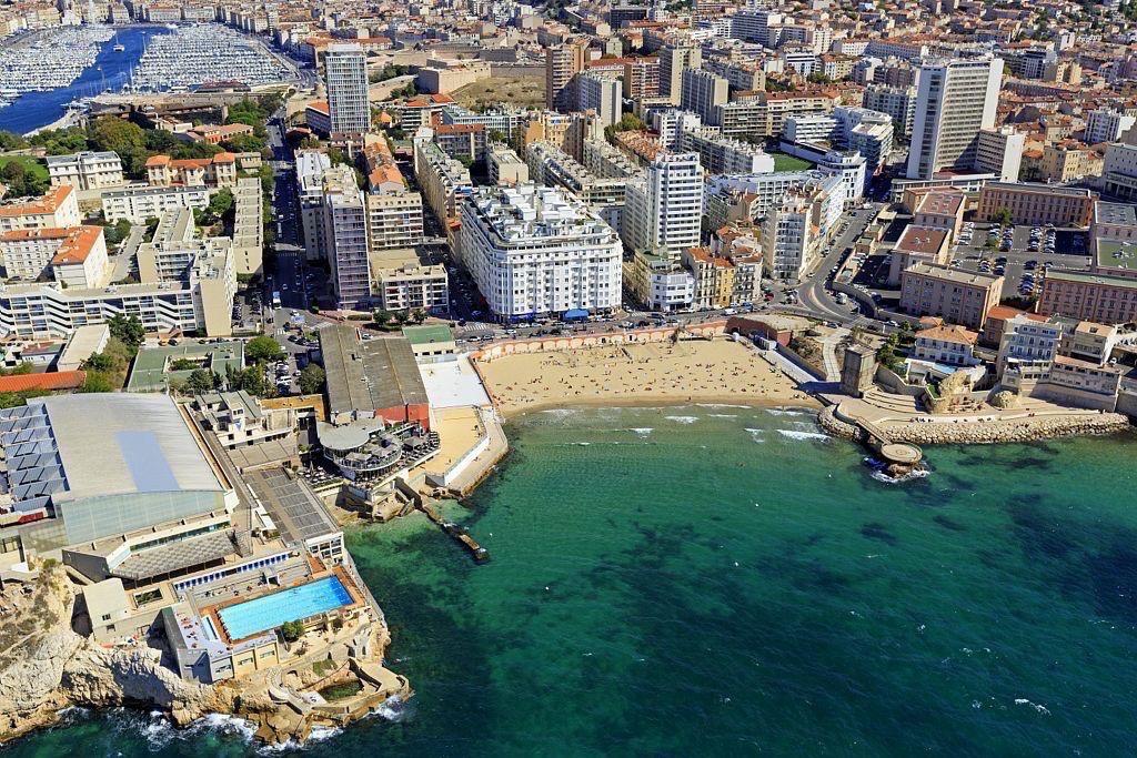 Marseille, 7e arrondissement, quartier du Pharo, Anse et plage des Catalans, Cercle des Nageurs, le Vieux Port en arriere plan