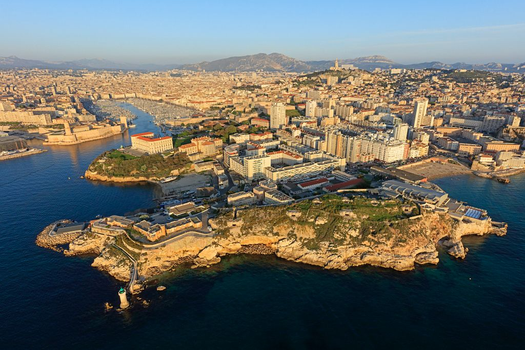 Marseille, 7e arrondissement, quartier du Pharo, Phare de La Desirade, Pointe Carinade, Anse des Catalans, Cercle des Nageurs, le Vieux Port en arriere plan