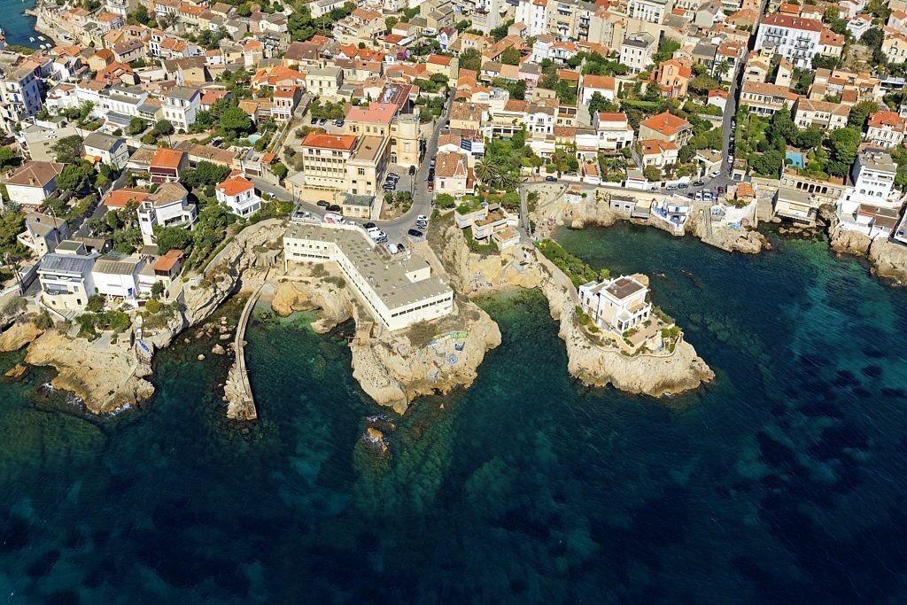Marseille, 7e arrondissement, quartier d'Endoume, Anse des Cuivres et Anse Batterie aux Lions, Anse de Maldorme a droite