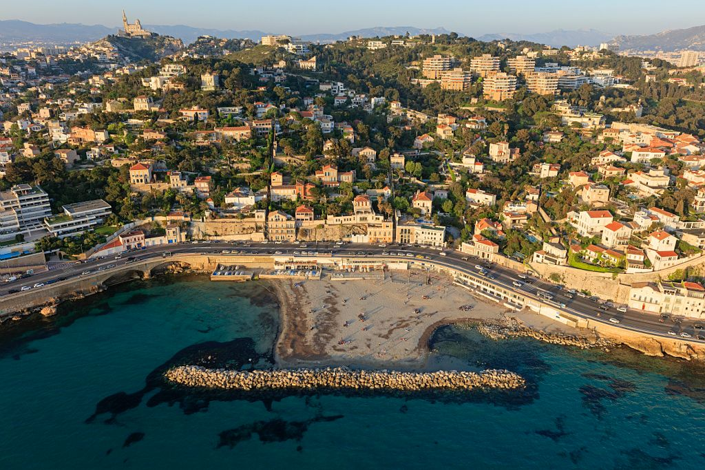 Marseille, 7e arrondissement, quartier Roucas Blanc, Rade d'Endoume, plage du Prophete, Corniche JF Kennedy, la basilique Notre Dame de la Garde en arriere plan