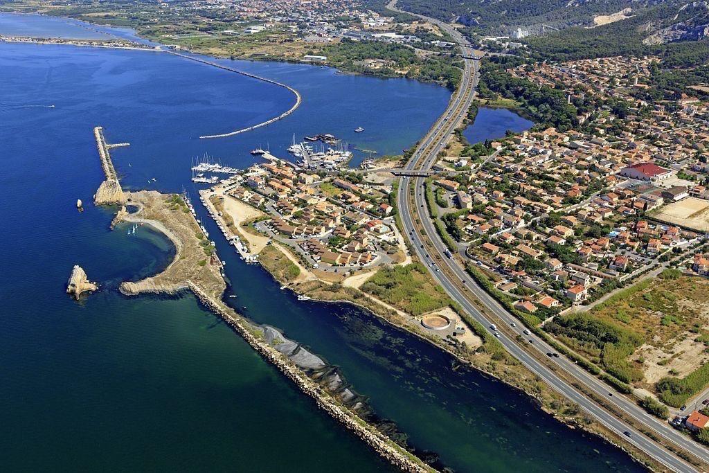Chateauneuf les Martigues, quartier La Mede, ile des Trois Freres, etang de Berre, Canal de Marseille au Rhone, autoroute du Littoral (A55)