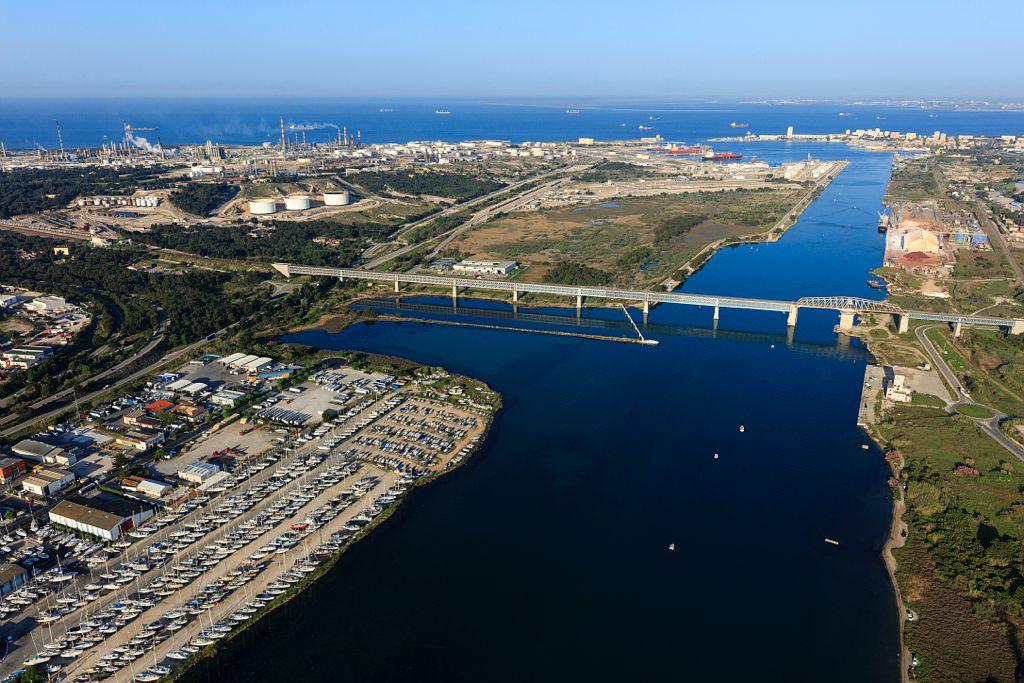 Martigues, chenal de Caronte, Viaduc de Caronte et son pont tournant, port petrolier de Lavera, Port de Bouc en arriere plan