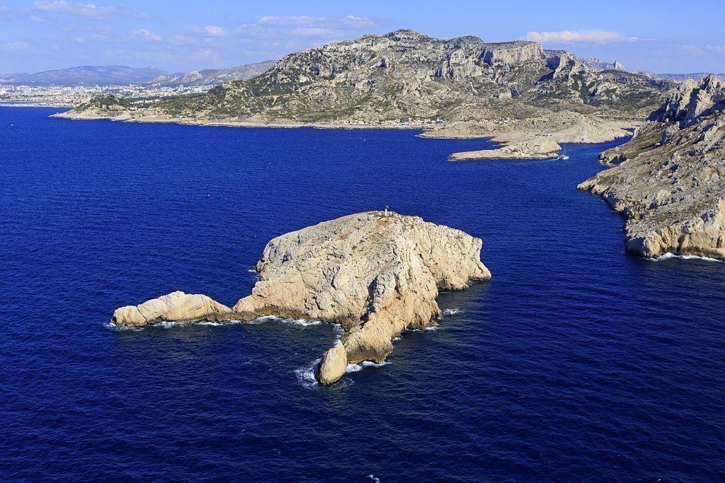 Parc national des Calanques, Marseille, 8e arrondissement, ile Tiboulen de Maire et Cap Croisette en arriere plan