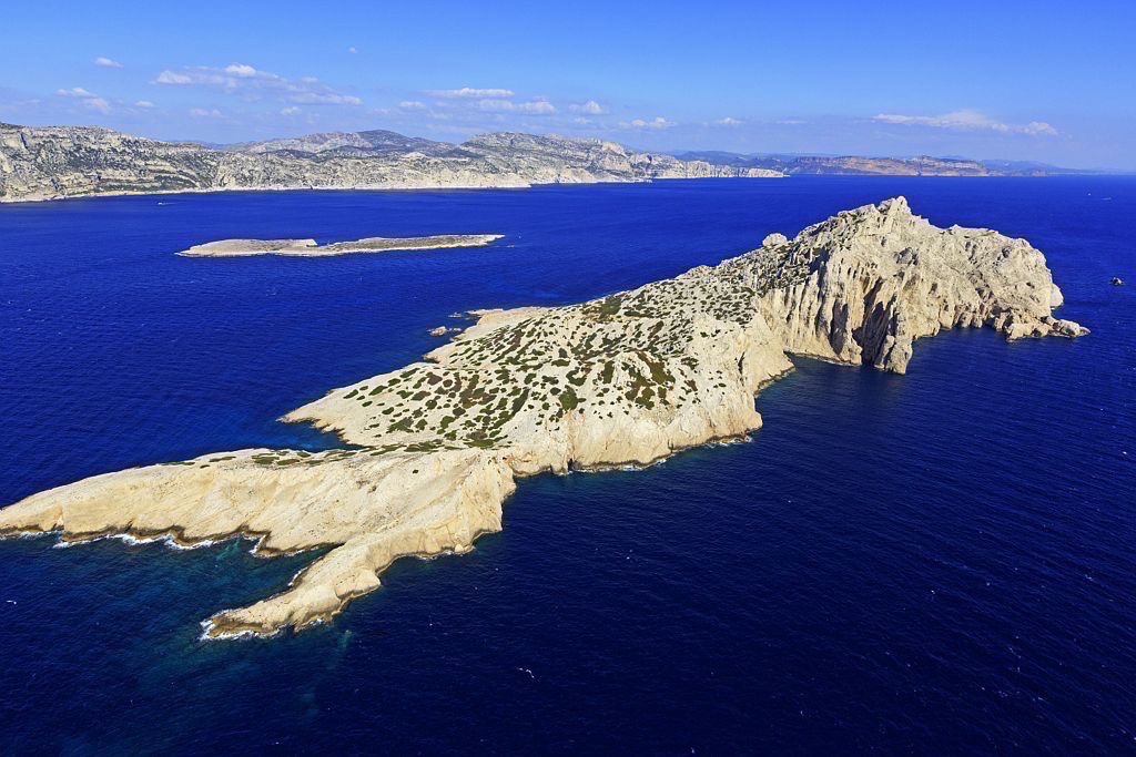 Parc national des Calanques, Marseille, Reserve Naturelle de l'Archipel de Riou, ile Riou, calanque de Boulegeade, calanque des Contrebandiers, ile Calseraigne en arriere plan
