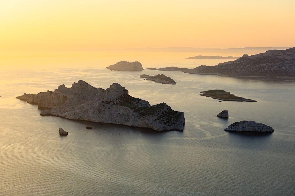 Parc national des Calanques, Marseille, Reserve Naturelle de l'Archipel de Riou, ile Riou et ile Maire en arriere plan