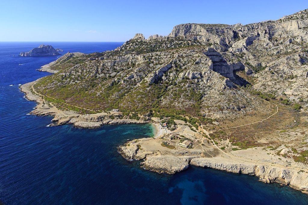 Parc national des Calanques, Marseille, 9e arrondissement, calanque de Marseilleveyre, ile Maire en arriere plan