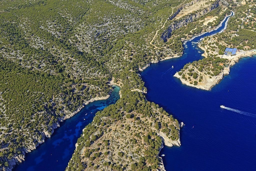 Parc national des Calanques, Marseille, 9e arrondissement, calanque de Port Pin et calanque de Port Miou en arriere plan