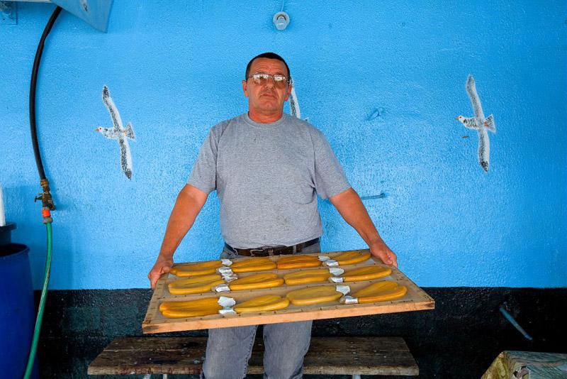 France, Bouches du Rhone (13), Martigues, canal de Caronte, peche aux mulets (muges) a l'aide d'un carrelet (calens en provencal) pour la poutargue (boutargue) caviar de Mediterranee, le sechage