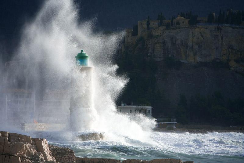 Vent de labe, vent de sud ouest sur le phare de Cassis, Bouches du Rhone (13), France