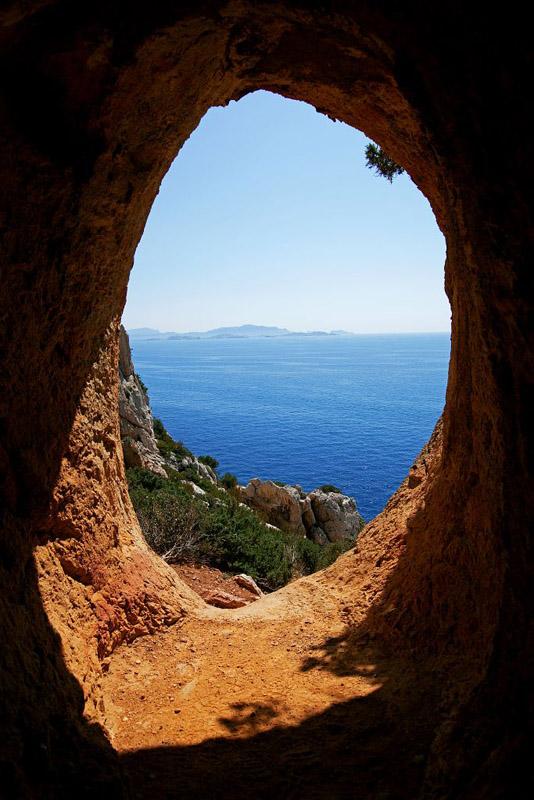France, Bouches du Rhone (13), Cote Bleue, rade de Marseille, sentier du douanier entre Mejean et Niolon, grotte