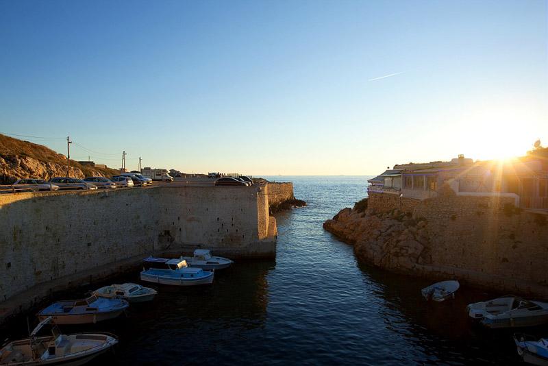 France, Bouches du Rhone (13), Parc national des Calanques, Marseille, 8e arrondissement, quartier Les Goudes, Calanque de L'Escalette et son port, chemin des Goudes