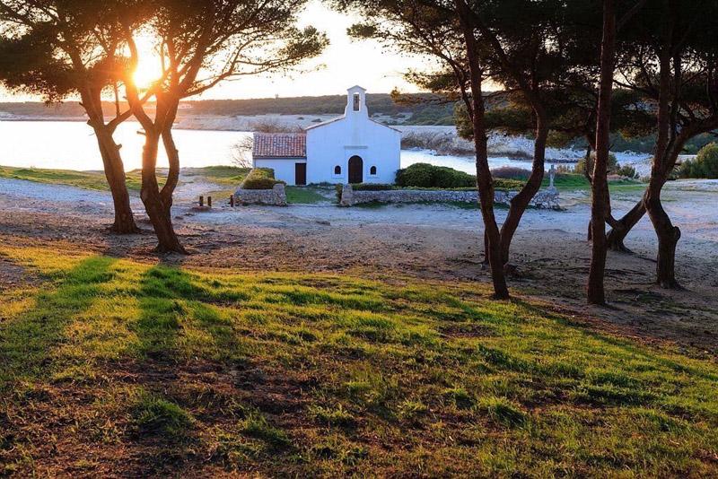 France, Bouches du Rhone (13), Cote Bleue, Martigues, quartier de Sainte Croix, plage et Chapelle de Sainte Croix