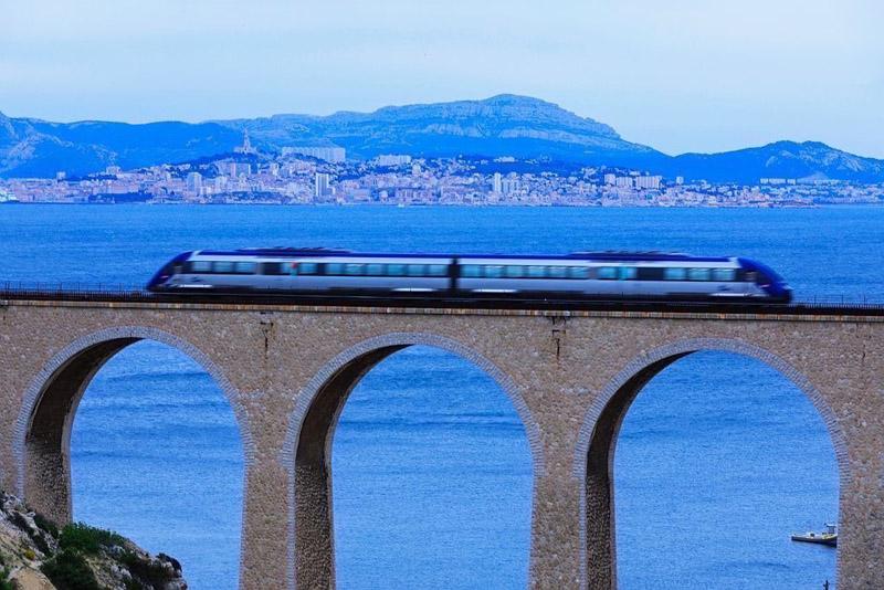 France, Bouches du Rhone (13), La Cote Bleue, Le Rove, calanque de La Vesse, le pont de chemin de fer et le train de La Cote Bleue, Marseille en arriere plan
