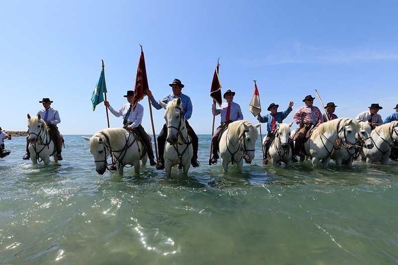 France, Bouches du Rhone (13), parc naturel regional de Camargue, Les Saintes Maries de la Mer, pelerinage de mai, procession a la mer