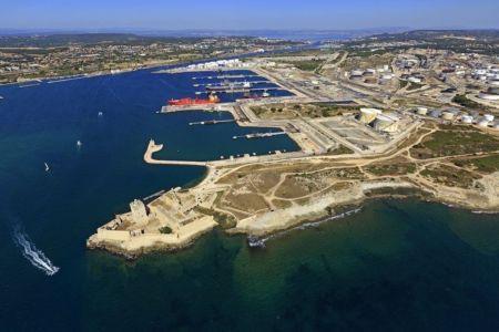 Martigues, ile de Bouc, Fort de Bouc, plateforme petrochimique de Lavera
