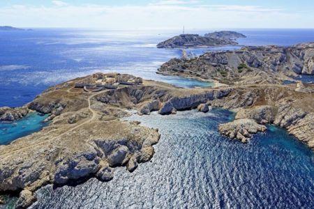 Parc national des Calanques, Marseille, 7e arrondissement, archipel des iles du Frioul, ile Ratonneau, Port de l'Eoube, ile Pomegues en arriere plan