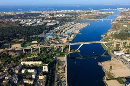 Martigues, chenal de Caronte, Viaduc de Caronte et pont autoroutier A55, site de Lavera et Port de Bouc en arriere plan