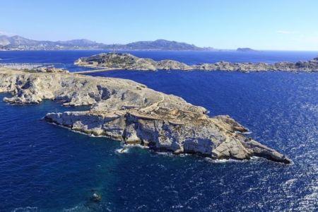 Parc national des Calanques, Marseille, 7e arrondissement, archipel des iles du Frioul, ile Ratonneau, Baie du Grand Soufre, Pointe Brigantin, ile Pomegues en arriere plan