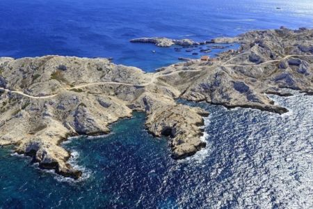 Parc national des Calanques, Marseille, 7e arrondissement, Archipel des iles du Frioul, ile Pomegues, Rocher du Frioul, Pointe de Pomegues en arriere plan