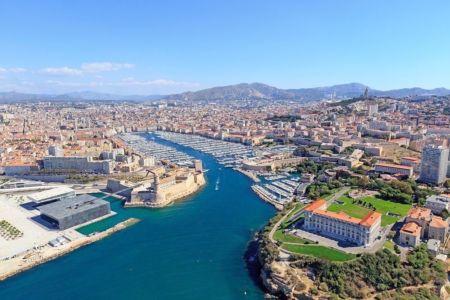 Marseille, Zone Euromediterranee, Esplanade J4, Fort saint Jean classe Monument Historique, le Vieux Port, Palais du Pharo, basilique Notre Dame de la Garde en arriere plan