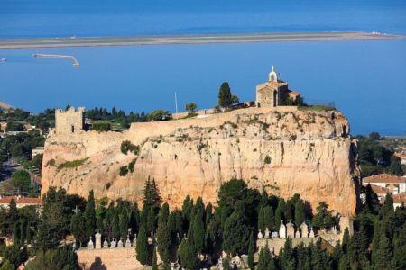 Vitrolles, le rocher, chapelle Notre Dame de Vie, Tour Sarrasine (XI siecle), classe Monument historique, l'aeroport Marseille Provence et l'Etang de Berre en arriere plan