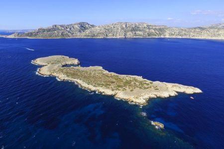 Parc national des Calanques, Marseille, Reserve Naturelle de l'Archipel de Riou, ile Calseraigne, Massif de Marseilleveyre en arriere plan