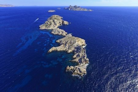 Parc national des Calanques, Marseille, Reserve Naturelle de l'Archipel de Riou, Cap de Jarre, ile de Jarron, ile de Jarre, ile Calseraigne et ile Riou en arriere plan