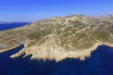 Parc national des Calanques, Marseille, 8e arrondissement, calanque de Callelongue, la Poulidette et le Capelan, calanque de la Mounine a gauche