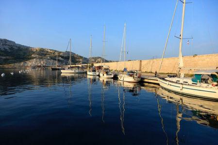 France, Bouches du Rhone (13), Parc national des Calanques, Marseille, 7e arrondissement, archipel des iles du Frioul, digue du port entre l'ile Pomegues et ile Ratonneau