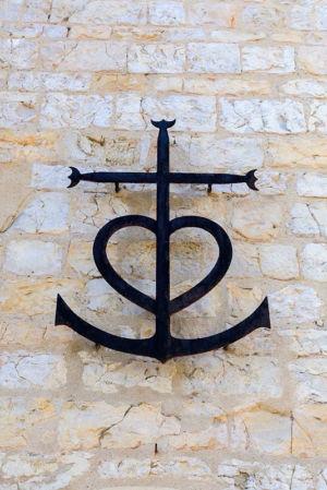 France, Bouches du Rhone (13), parc naturel regional de Camargue, Les Saintes Maries de la Mer, eglise des Saintes Maries de la Mer (IX et XIIe siecle), croix gardianne (ou croix de Camargue)
